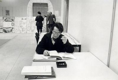 Laborit au travail en tant que membre du jury du concours du parc de la Vilette (1983)
